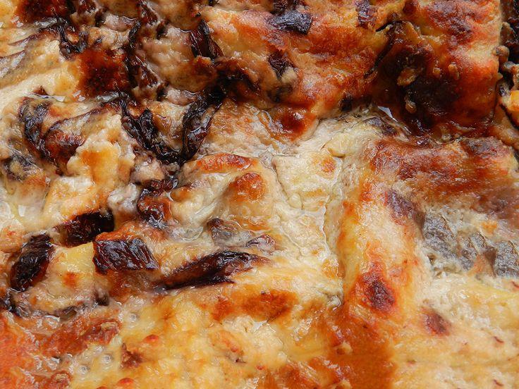 Le lasagne di pane carasau ben si sposano con i funghi porcini e il formaggio pecorino. Una ricetta rustica dal sapore unico