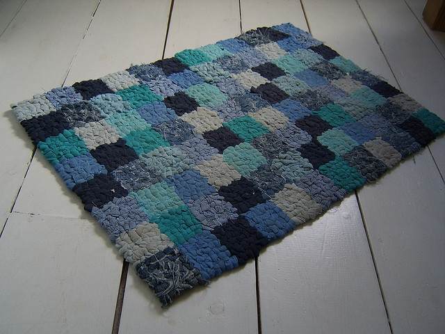 diy hooked rugCrafts Ideas, Blue Bathmat, Crafty Rugs, Area Rugs, Area Rag, Cold Floors, Clothing Rag Rugs, Blue Rag, Rag Rugs How To Make