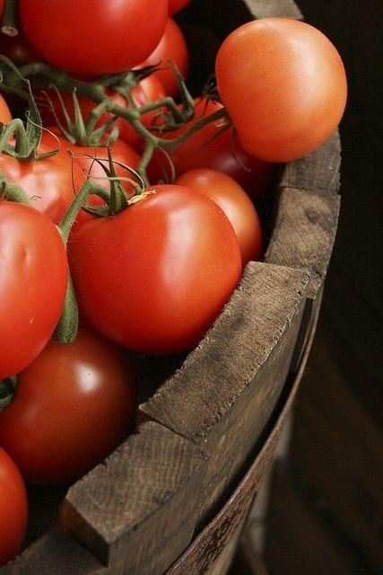 Tomatoes  Тушите помидоры с оливковым маслом на маленьком огне.Добавьте лук,чеснок,яйца,тмин,куркуму,перец и др.приправы.