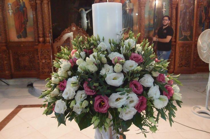 λαμπάδα με φρέσκα άνθη,με ροζ και λευκούς λυσίανθους σε λευκή βάση από θαλασσοξυλα..Στολισμος Γαμου Διακοσμηση Γαμου Στολισμος Εκκλησιας . wedding decoration with driftwood