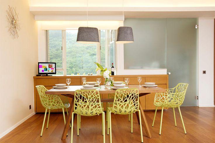 persiana romana para decorar a cozinha com cadeiras verdes