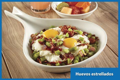Huevos estrellados Sobre totopos con salsa de tomate y ejotes salteados con tocino.