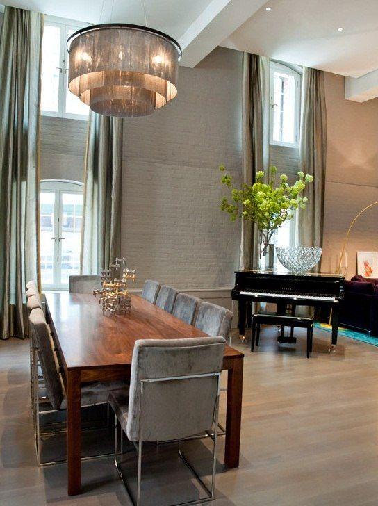 Столовая с пианино и высокими потолками