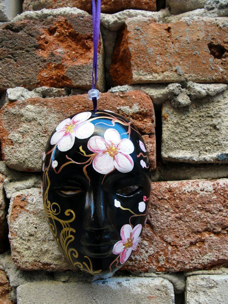 Masti venetiene decorative pictate manual. Mai multe detalii aici: http://www.myneverland.ro/lucrari/view/obiecte-decor/masti-venetiene