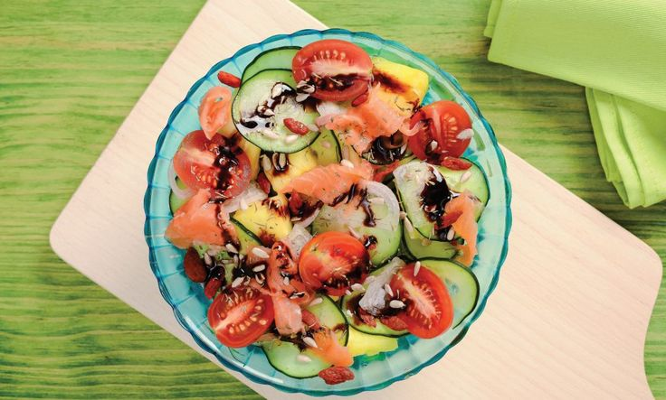 Nos meses mais quentes gostamos destes pratos simples e práticos. Neste caso não há cozedura, louça suja, apenas vegetais e o salmão
