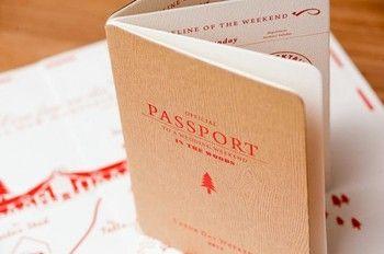 旅行風の招待状にしてみるのも面白いですね。 パスポート風冊子に詳細を記したり、チケットを付けたり、地図もこだわったりなど。
