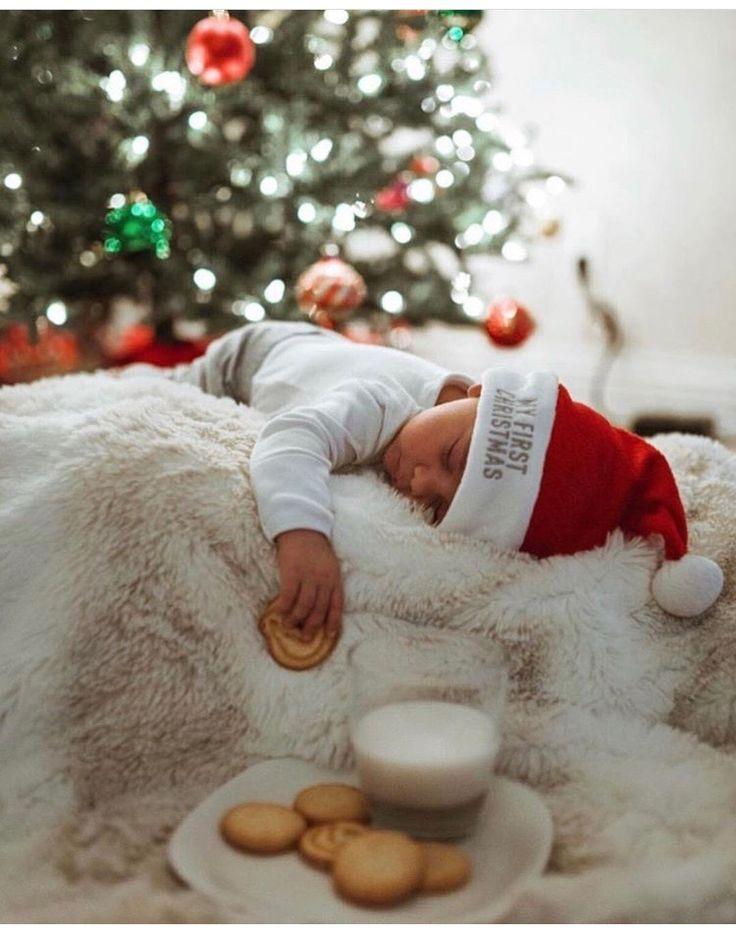 Die Süße von Weihnachten. Schlafendes Baby mit Nikolausmütze, Milch und Keksen für