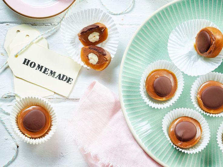 Wer hätte das gedacht: Um Toffifee selber zu machen braucht man nur 5 einfache Zutaten und eine Cake-Pop-Form! So gelingt das Lieblingskonfekt auch zuhause.