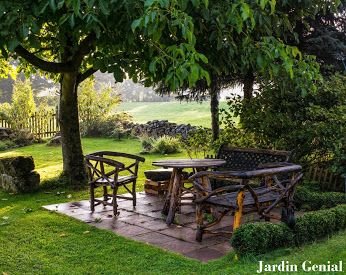 Даже самый маленький сад  не может обойтись без деревьев.  Если вы любите большие деревья,  размер участка не должен диктовать вам жизненные правила. Вам  хочется посадить большое дерево?   Пусть так и будет! Только представьте  себе, какую упоительную прохладу  подарит вам жарким летним днем  его роскошная раскидистая крона.  Можно прямо под деревом распланировать зону отдыха.   #JardinGenial #ландшафтный_дизайн  #Озеленение #Освещение #Полив #Постройки_на_участке