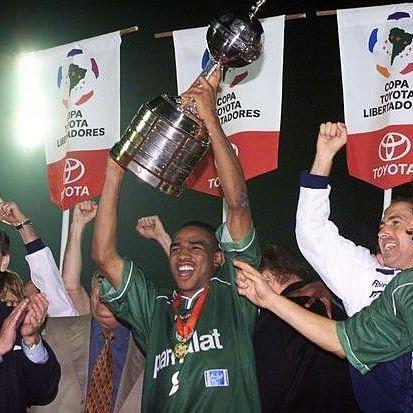 """""""Foi no Palestra Italia, que eu vi acontecer.  Final Libertadores, o meu Palmeiras vencer!""""     Foi com raça, luta e muito suor que levamos a Conmebol Libertadores Bridgestone. #TBT    #AvantiPalestra #Palmeiras #Verdão"""