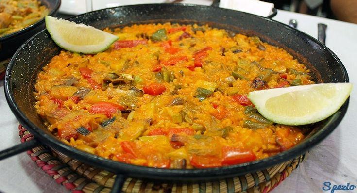 La paella è uno dei piatti tipici della Spagna più conosciuti. A base di riso, ne esistono diverse varianti. Ecco la ricetta per prepararla!
