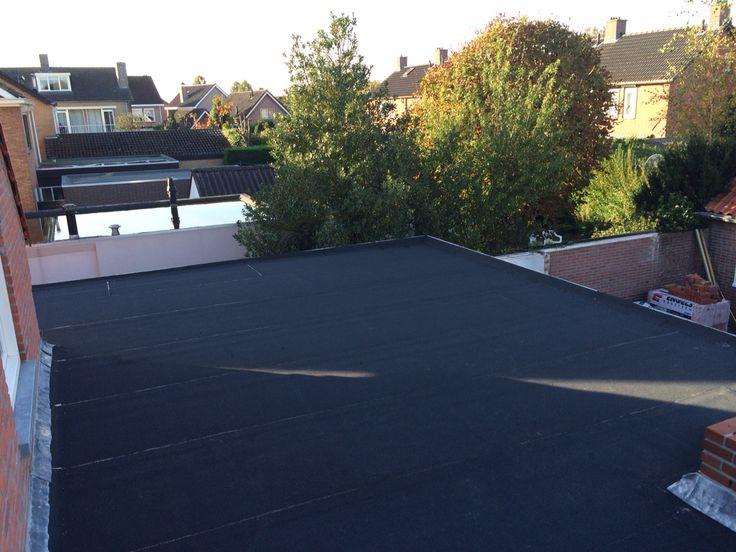 Bitumen dakbedekking van nieuwe aanbouw