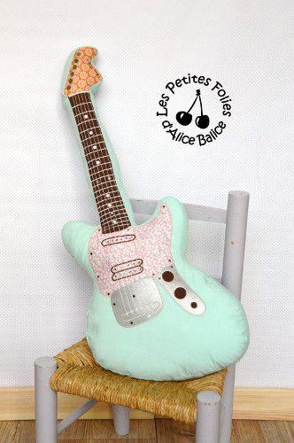 Coussin guitare electrique | deco chambre bébé enfant | diy couture | lien vers tuto couture gratuit patron couture