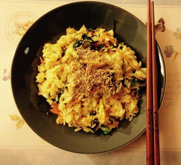 Una ricetta ispirata alla cucina orientale: un primo piatto a base di riso saltato in padella con zenzero, carote, pak-choi, uovo e sesamo. Una vera delizia!