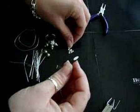 Creare un anello d'argento - Lezione 1 - http://www.beadsandco.it/ La creatività non ha limiti, un suggerimento per la creazione di un originale anello d'argento con le nostre perline, ecco l'occorrente necessario:  1 bollatina beads e co  1 base per anello  6 coppette fiore  7 perle swarovski  1 pallina di strass  8 chiodini con pallina  15 cm di filo d'argento 0,50