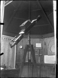 Le pavillon astronomique en bois : une lunette de Secrétan avec une installation photographique ; un pied de lunette astronomique ; une chambre photographique adaptée à l'oculaire d'une lunette ; une lunette avec monture équatoriale actionnée à la main (modèle Mailhat). [1894]-[1903].