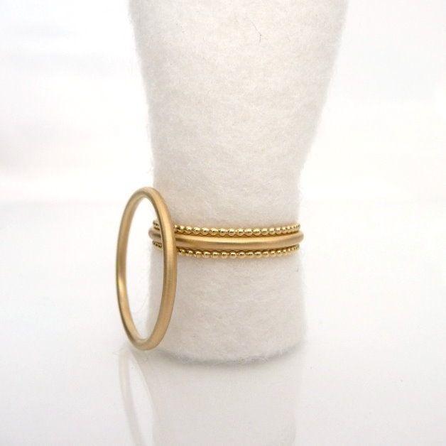 Zart und zurückhaltend, aber trotzdem etwas besonderes! Die Ringe sind aus Runddraht gefertigt und matt. Der Damenring ist mit 2 dünnen Kügelchenringen kombiniert, welche poliert sind. Die Ringe...