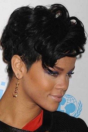 Rihanna beauty look.i ricci ricadono morbidi anche sopra la fronte.