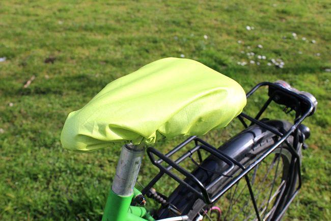 So bleibt alles trocken, wenn's doch mal einen lauen Sommerregen gibt. Die Anleitung für den schnellen Sattelschoner aus Wachstuch gibt's im Makerist Blog.