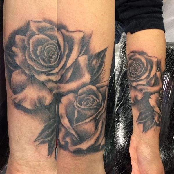 Cover up of old script with realistic roses by Joanne   #devilsown #devilsowntattoos #leicester #leicesterink #leicestertattoo #tattoo #coverup #coveruptattoo #rose #rosetattoo#floraltattoo