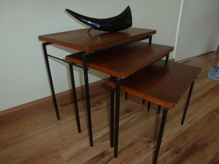 Set vintage bijzet tafeltjes - Bieden