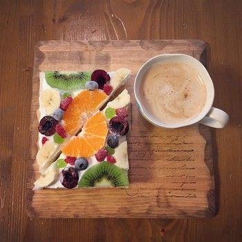 【食パン×オレンジ×アメリカンチェリー×ブルーベリー×バナナ×キウイフルーツ×ラズベリー×ぶどう】斜めにカット。なんとも美しいフルーツオープンサンド。一つの絵画を見ているかのような一品です。