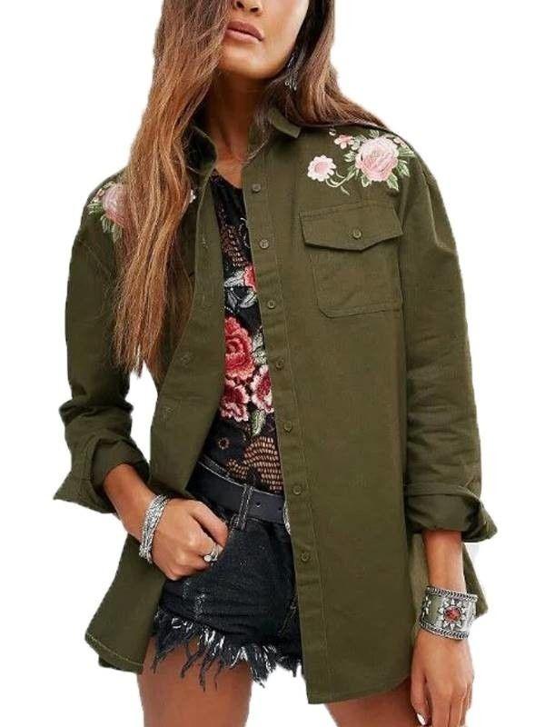 Compre Camisa feminina manga longa, com bolsinho frontal e delicado bordado floral constrantando com a cor verde militar da peça.