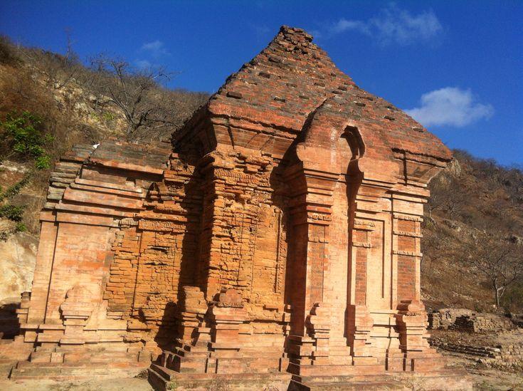 Hình ảnh Tháp Po Dam, toạ lạc tại thôn Lạc Trị, Huyện Tuy Phong, Tỉnh Bình Thuận.