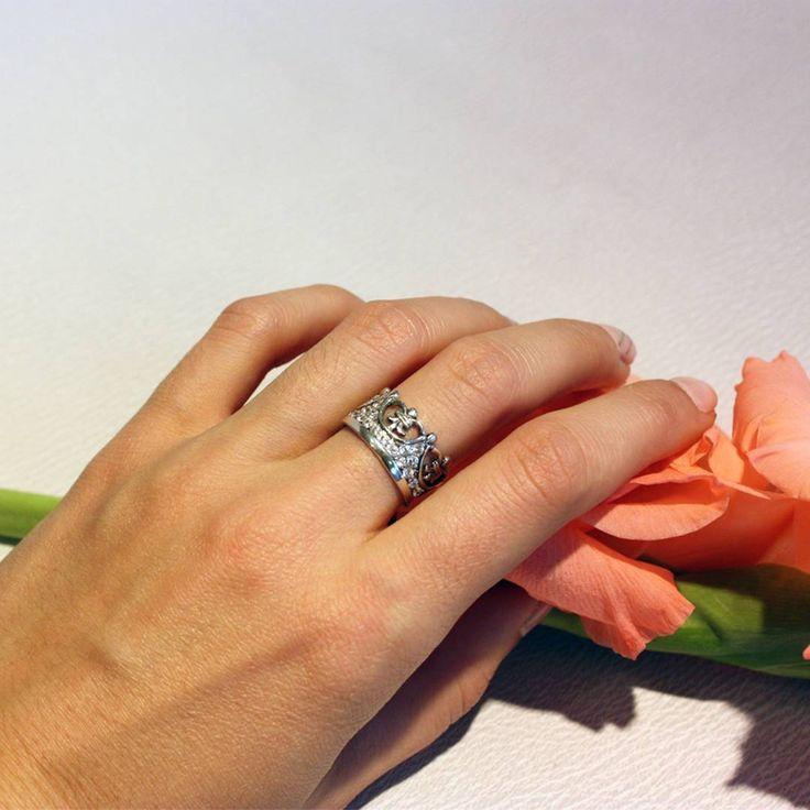 Оригинальное и эффектное кольцо сделано в форме короны из серебра с применением техники чернения. Сверкающие вставки из фианитов прекрасно подчеркивают стиль и придают изделию более богатый вид. Подобное украшение, вне всякого сомнения, позволит чувствовать себя всегда на высоте! #zlato_ua #jewelry #silver #украшения #ring #кольцо