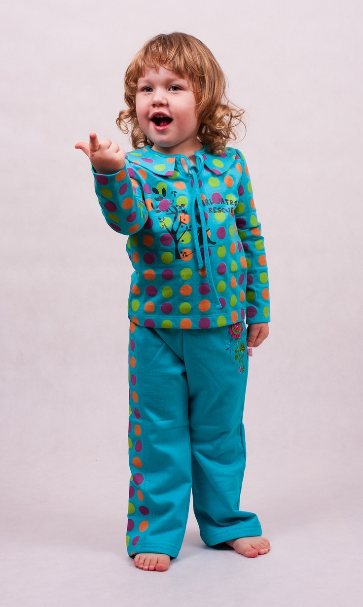 T-shirt with long sleeves. Made of 100% cotton. Pattern with big, color dots.
