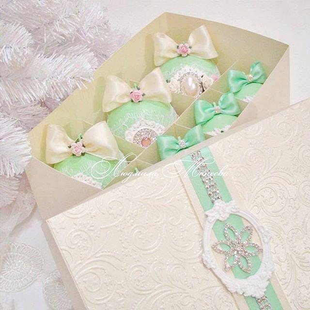 WEBSTA @ luymadecor - Получился очень нежный #shebby комплект в мятном цвете из 12 шариков 8,6,4см в подарочной коробке.#новыйгод#новый_год#новогодний#декор#новогоднийподарок#елочныеигрушки#елочныеукрашения#елочныешары#елочныешарики#shebbymint#mint#lumadecor