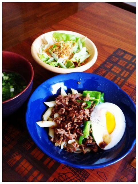 あるものランチ - 2件のもぐもぐ - 挽肉ピーマン玉ペンネ、サラダ、ワカメスープ by chirarhythm