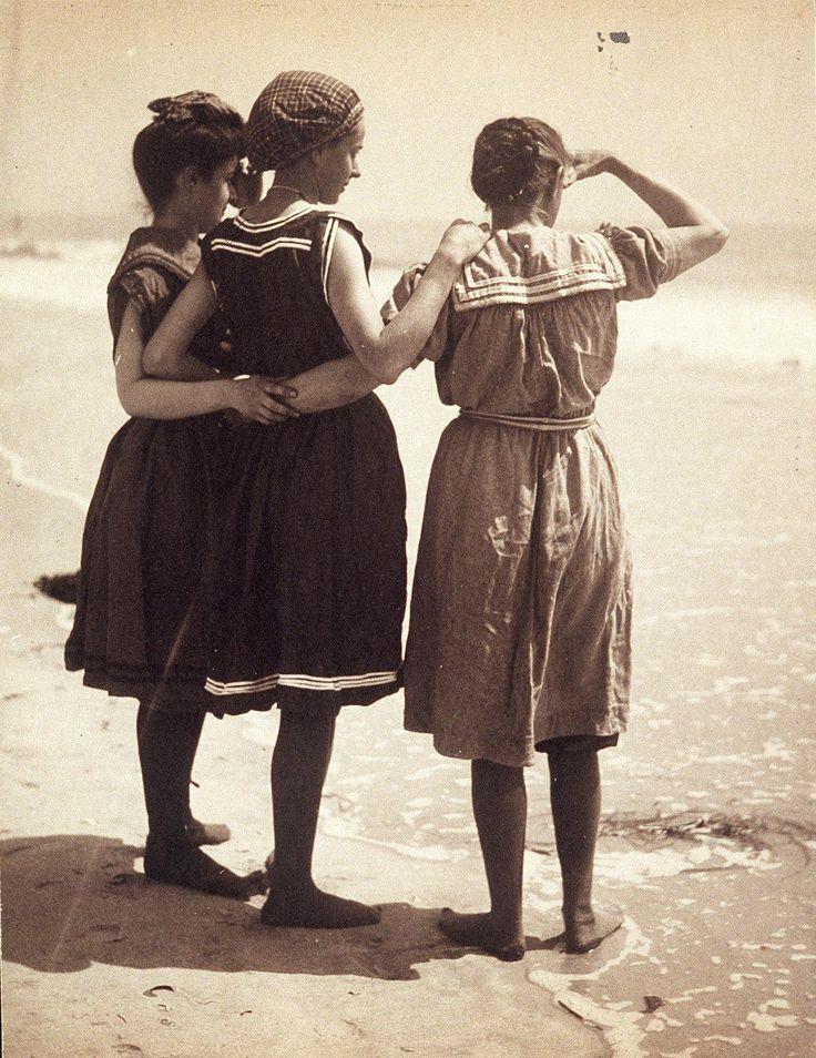El traje de baño. En sus comienzos , el traje de baño era un atuendo complicado, consistía en un vestido de franela, de corpiño ajustado y cuello alto, mangas hasta el codo, y faldilla hasta las rodillas. Bajo el vestido se vestían unos pantalones bombachos ,medias e incluso zapatillas de lona. Un atuendo verdaderamente complicado.Imagen de (1910)