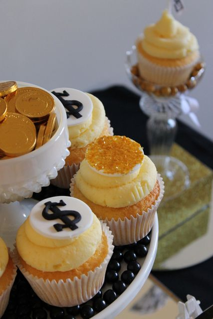 Money and gold coin cupcakes #cupcakes #money #gold