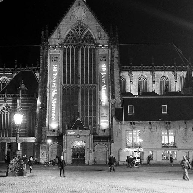 Heute vor 15 Jahren stand ich vor der Nieuwe Kerk in Amsterdam und wartete auf ein besonderes Brautpaar. Am 02.02.2002 gaben sich Willem-Alexander und Maxima das Ja-Wort. Die ganze Stadt war orange und die Temperaturen erstaunlich frühlingshaft (wie heute).  15 jaar geleden stood ik voor de Nieuwe Kerk en wachtte op één bruidspaar. Op #02022002 vierden Willem Alexander en Maxima huwelijk. Amsterdam was geheel in oranje en de temperaturen waren lenteachtig zoals vandaag.