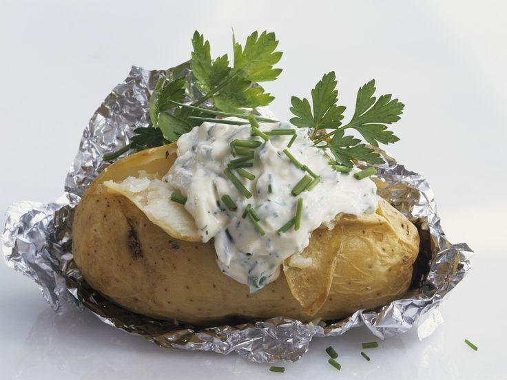 Folienkartoffel mit Kräuterquark - smarter - Zeit: 1 Std. 10 Min. | eatsmarter.de
