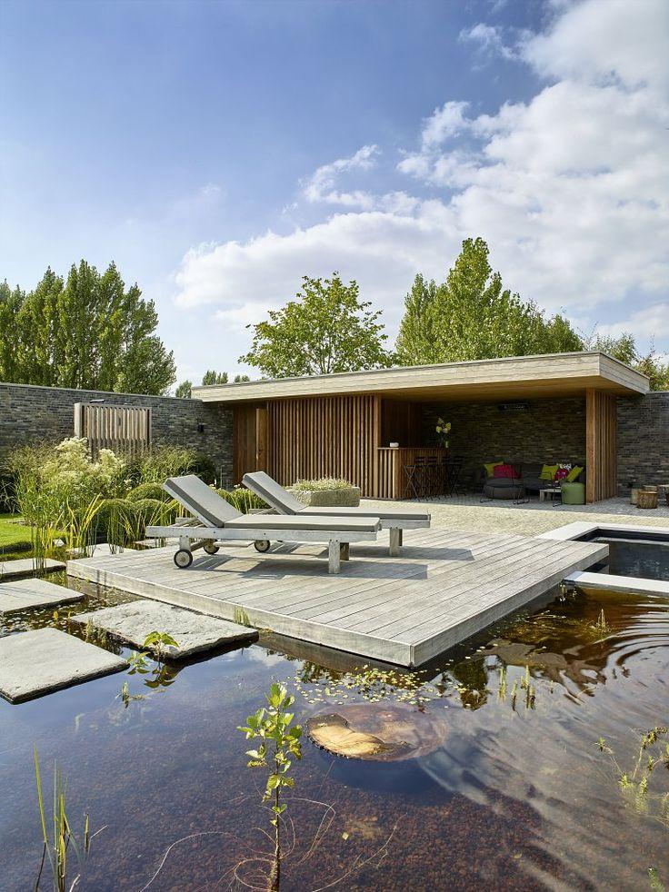 Voor dit modern bijgebouw, in samenwerking met tuinen Hoornaert, werd bewust gekozen voor natuurlijke materialen die mooi zullen vergrijzen en perfect zullen aansluiten bij het landschap. Er werd een keukentje, toilet en kleedruimte voorzien.