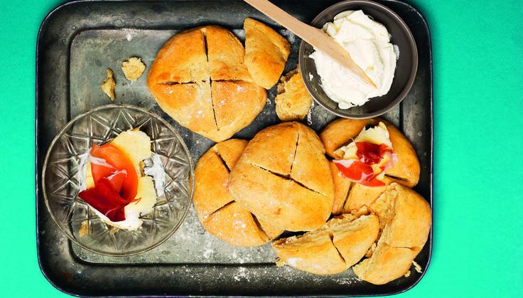 - Det er superenkelt å bake scones, skriver Tina Nordström i sin nye bok «Tinas oppskrifter for unge kokker». Du kan sløyfe kardemomme hvis du ikke liker det - men sconesene får litt bollesmak om du tilsetter det.    Tips: Hvis du har scones til overs, bryt dem i småbiter og rist bitene i ovnen i 10 minutter på 200 grader. Kjempegodt som krutonger i en salat.    Foto: Jenny Grimsgård.