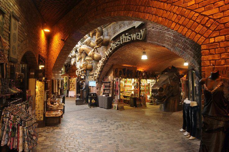 Camden Stables market Réputé pour ses nombreux marchés, Camden accueille Stables Market où se sont installés marchands et d'antiquaires. Un marché qui doit sa belle allure aux arches des étables, aux statues de chevaux et aux bas-reliefs équestres de cet ancien hôpital pour chevaux de l'ère victorienne.