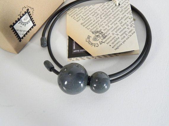 Guarda questo articolo nel mio negozio Etsy https://www.etsy.com/it/listing/258066972/girocollo-con-perle-in-porcellana-nera-e