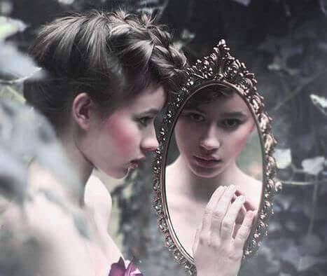 ragazza-con-specchio frasi positive
