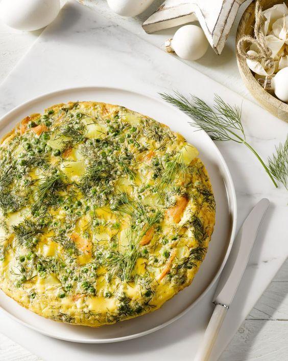 Een frittata is een lekker Italiaans ei-gerecht met restjes. De combinatie met zalm en erwtjes is heerlijk en gemakkelijk, zowel voor ontbijt als met de lunch.
