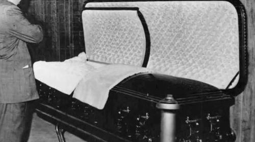 Marilyn Monroe Funeral . One last look.