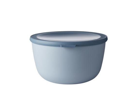 Mepal Multikom Cirqula 3000ml blauw  Deze grote schaal met een inhoud van 3000 ml is perfect voor het bewaren of meenemen van grote porties salade of maaltijden. De Cirqula serie van Mepal is speciaal ontwikkeld voor een complete 'circle of use'. Bewaar eten in de schalen in de koelkast of de vriezer warm het op in de magnetron (deksel moet worden verwijderd) en serveer je maaltijd in de schaal (direct) op tafel. De Mepal Cirqula multikom is gemaakt van onbreekbaar materiaal. Het…