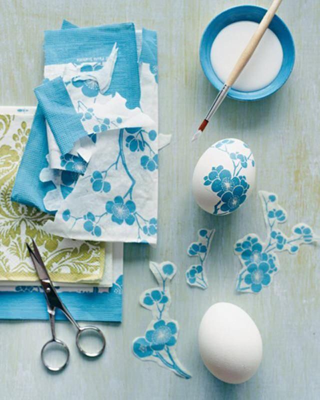 Come decorare le uova di Pasqua con i bambini decoupage tovagliolo carta fiori azzurri colore azzurro verde uovo bianco pennello ciotola azzurra colla vinilica forbici