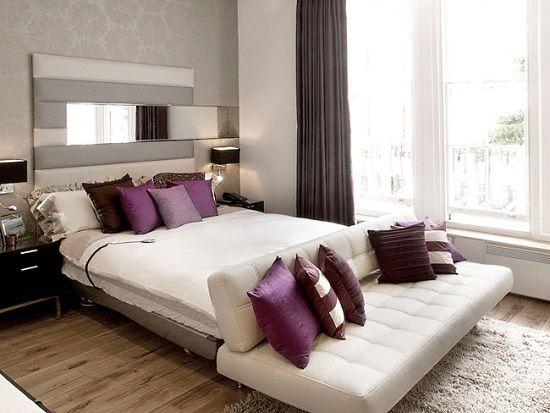 Фиолетовые акценты в нейтральной спальне