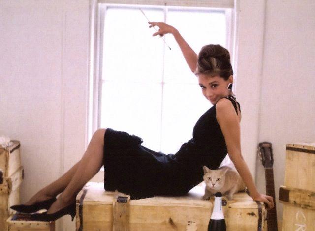 オードリー・ヘップバーン > 映画「ティファニーで朝食を」のプロモーション用写真。1961年。