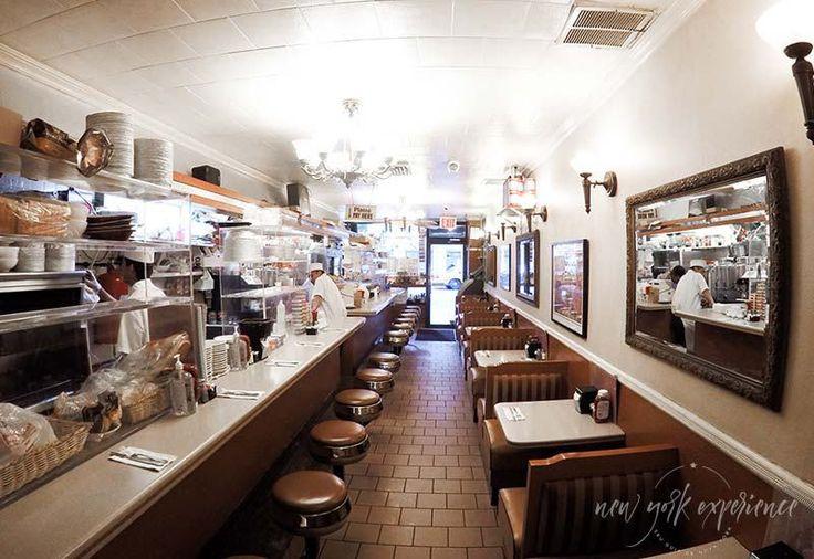 Parte interna do Viand Coffee Shop na Madison Avenue.