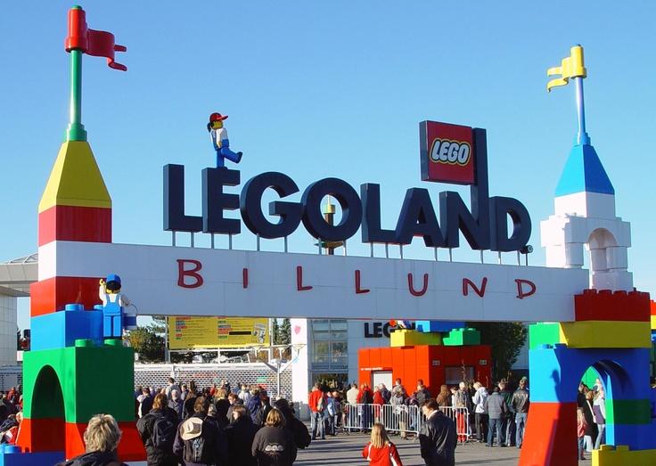 Dit is LEGOLAND in Billund. Dat is een legopark waar je LEGO kan zien en kopen, en waar ook attracties zijn.  Bezienswaardigheden