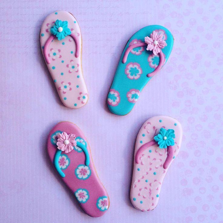 Todavía no tienes chanclas?? Elige unas 😉 #galletas #galletasdecoradas #cookies #decoratedcookies #royalicingcookies #cookieart #instacookies #instasweet #cookiesofinstagram #verano #summer #summertime #bakedwithlove #thesweetestudio